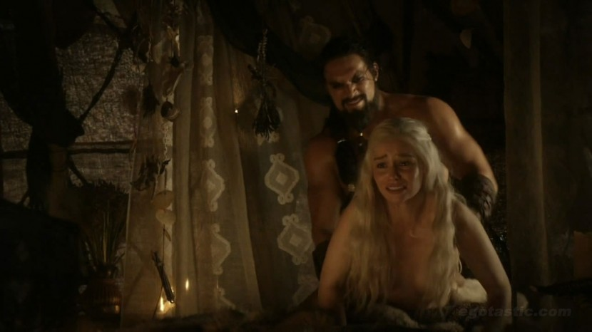emilia-clarke-game-of-thrones-doggy-cap-01-830x466