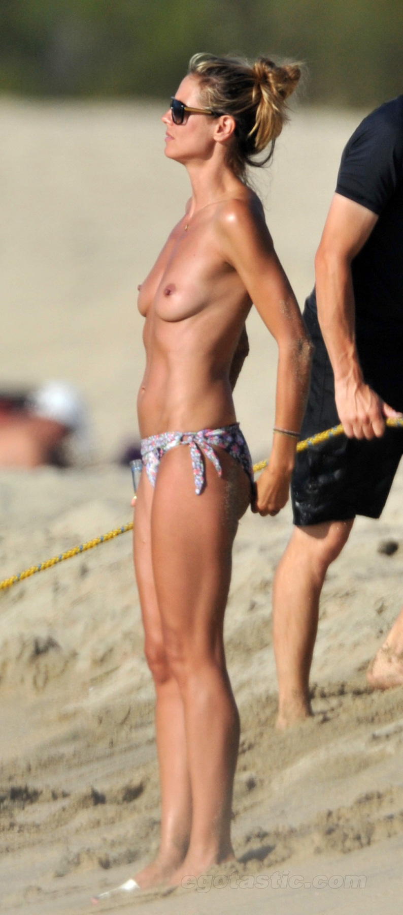 heidi-klum-topless-beach-france-08
