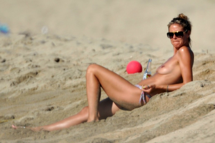 heidi-klum-topless-beach-france-10-830x553